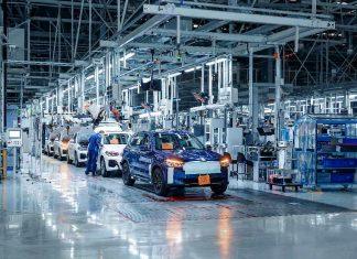 Παράλληλα επιταχύνθηκαν οι προετοιμασίες για την παραγωγή της BMW iX3 στην Shenyang. Η BBA κατασκευάζει πρωτότυπα προ-παραγωγής της BMW iX3 στο εργοστάσιο του Dadong, Shenyang από τα μέσα της περσινής χρονιάς. Το 200ό μοντέλο προ-παραγωγής πρόσφατα πέρασε από τη γραμμή συναρμολόγησης και ξεκίνησαν τα test drives στους δρόμους της Κίνας – ώστε οι μηχανικοί εξέλιξης και δοκιμών να προβούν στις τελικές ρυθμίσεις.